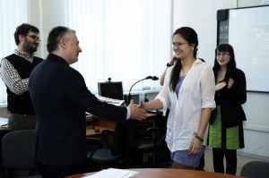 Михаил Пахомов вручает сертификаты первым выпускникам академии Cisco Московской школы ОРТ