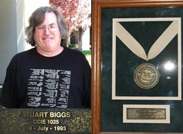 Стюарт Биггс – эксперт Cisco CCIE 1025 и его именная табличка эксперта Cisco.  До сегодняшнего дня всем, прошедшим испытания на уровень CCIE выдаются подобные таблички в рамочке.